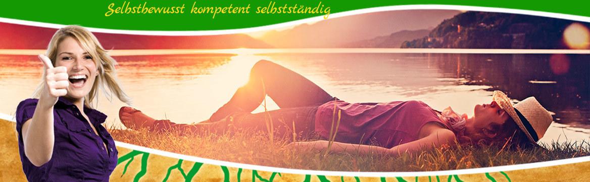 Frau mit Hut liegt entspannt bei Sonnenuntergang am See: © Pellinni - Fotolia